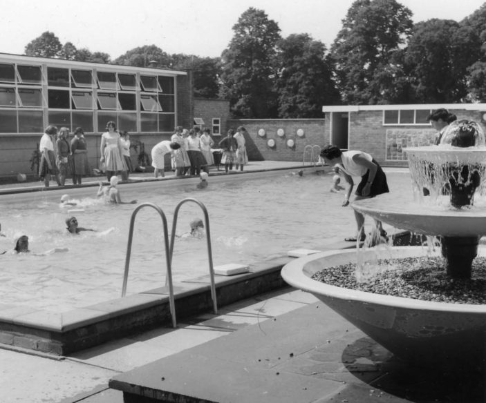 Barclay School swimming pool 1961 | Stevenage Museum PP1364